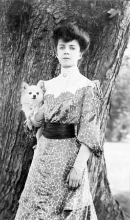Алиса Рузвельт с шпицем